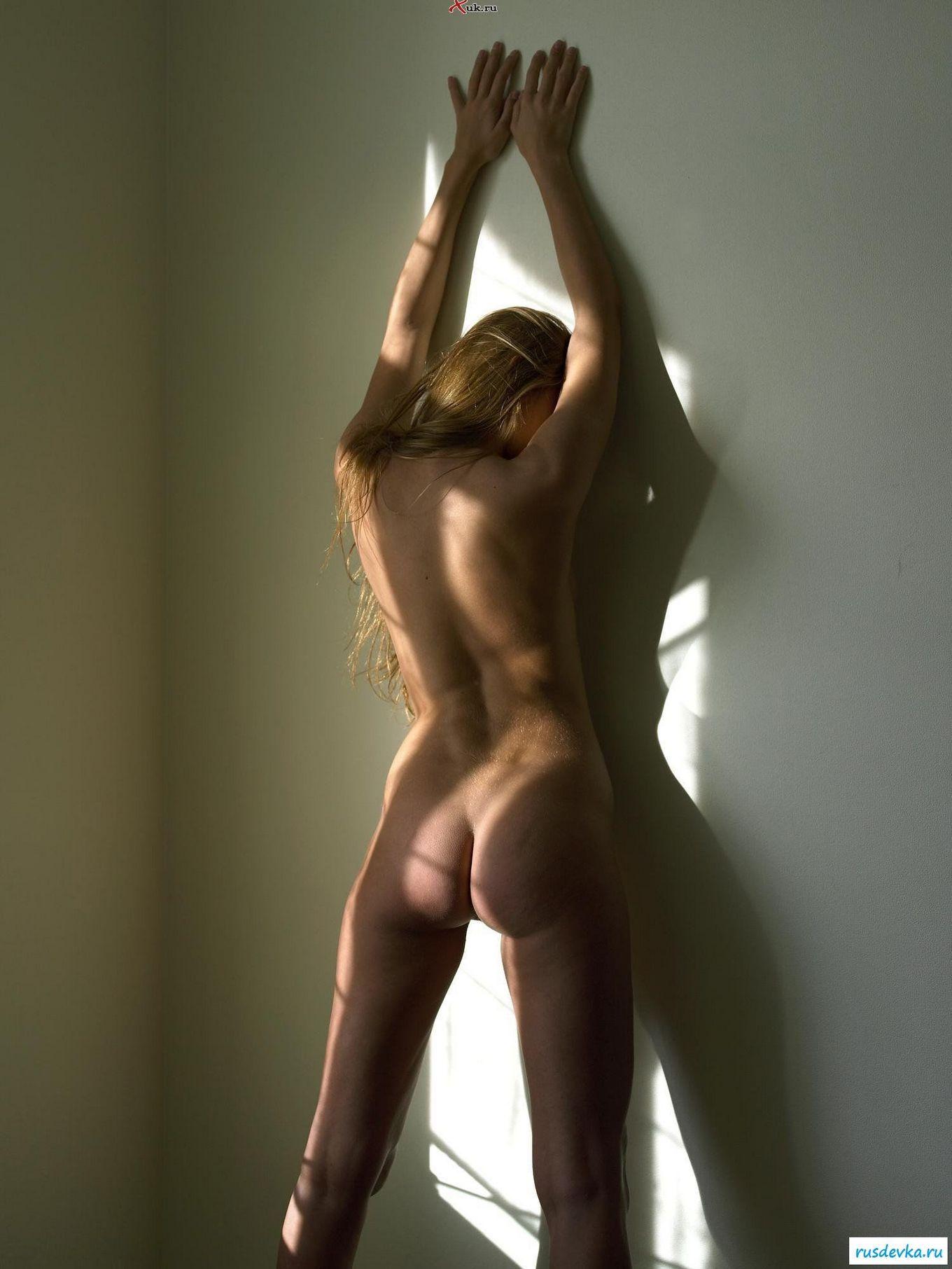 Красавица купается в солнечном свете