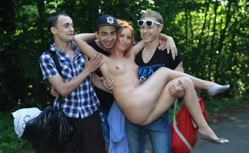 Рыжая эксгибиционистка в общественном парке с пацанами