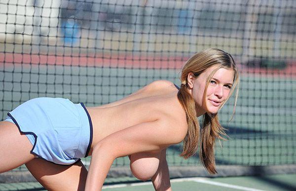 Сисястая теннисистка разделась на корте
