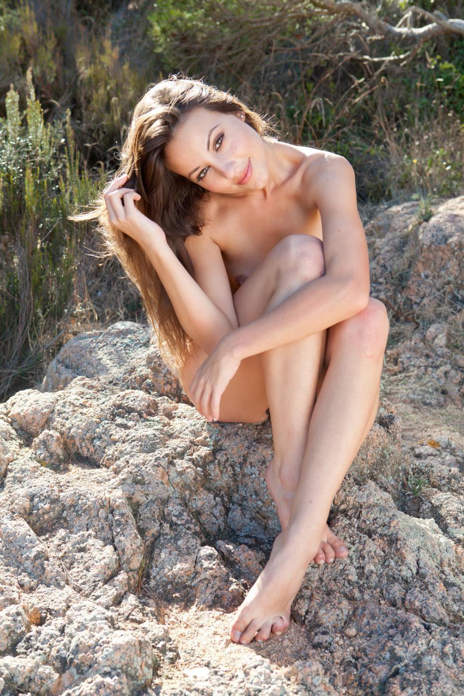 Голая латинка Lorena Morena позирует и показывает волосатые губки киски