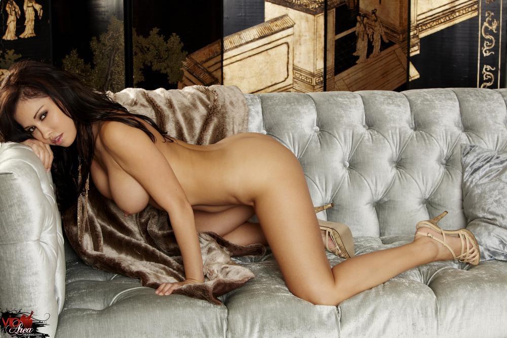 Грудастая латина Lana Lopez снимает белье и раздвигает киску