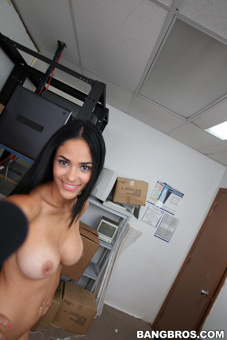 Красивая латина Jasmine Caro дразнит большой грудью и попкой, занимается сексом