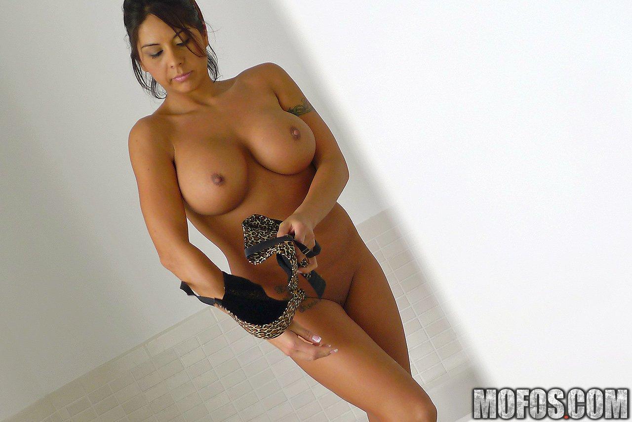 Красотка-латина Candi Coxx дает члену трахнуть свой ротик, грудь и киску
