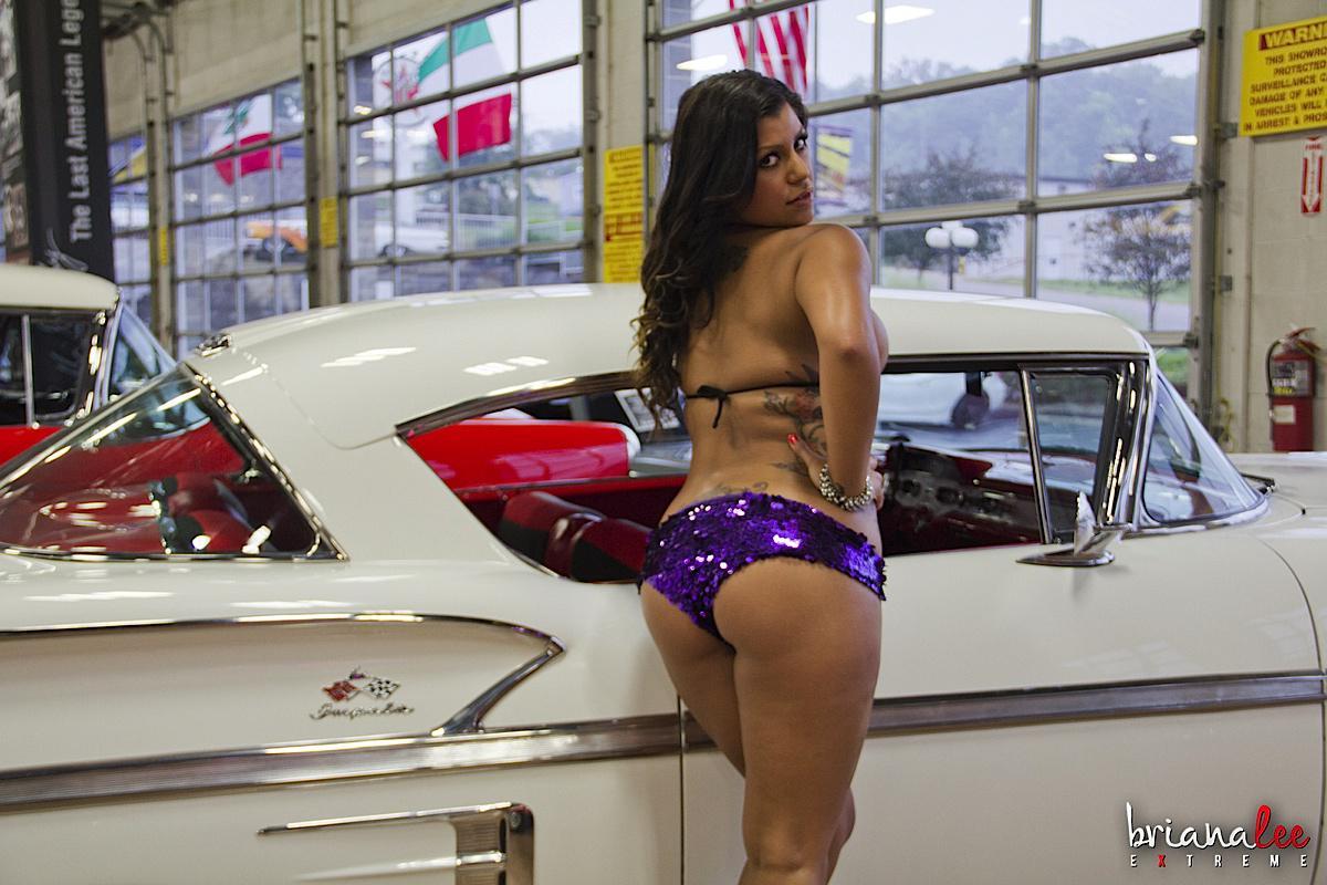 Латинка Briana Lee показывает сиськи и киску в шикарной машине