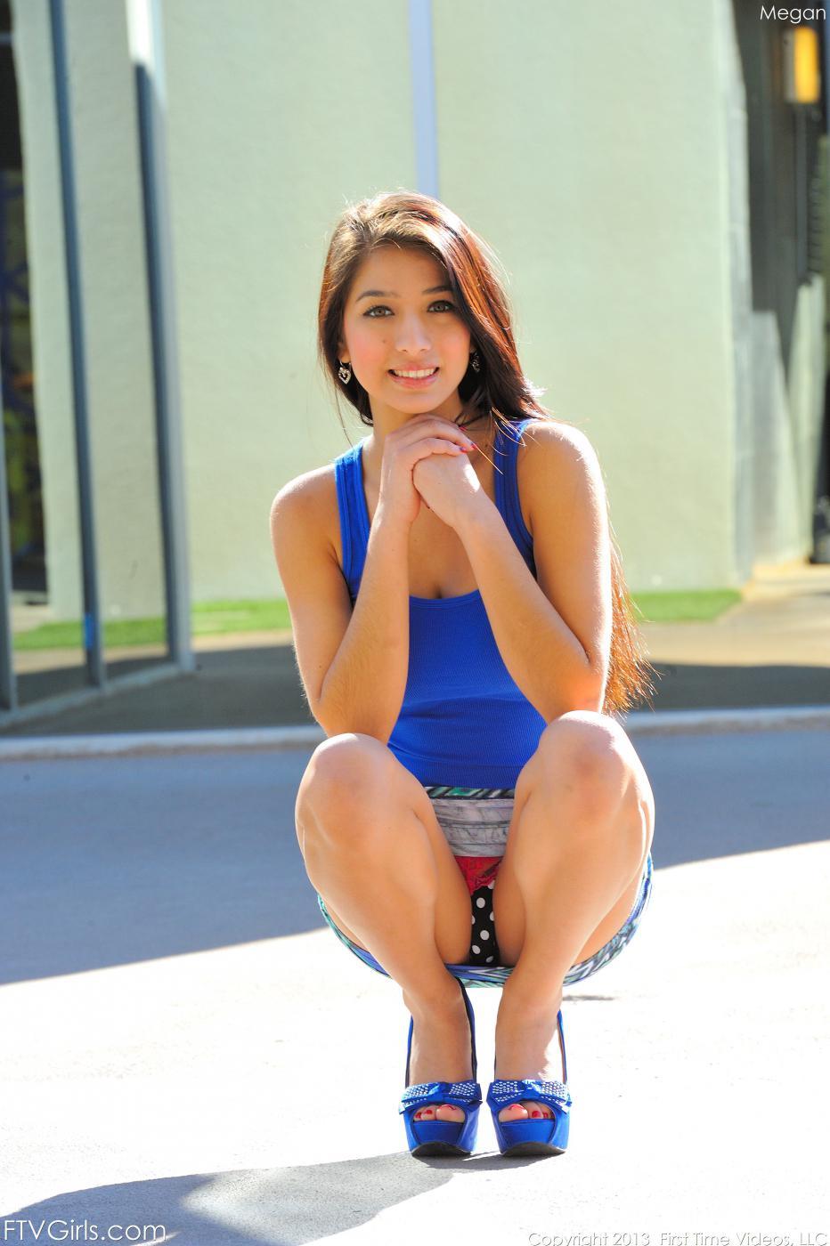 Негодная латина-подросток Megan Salinas оголяет грудь и заставляет их прыгать перед камерой