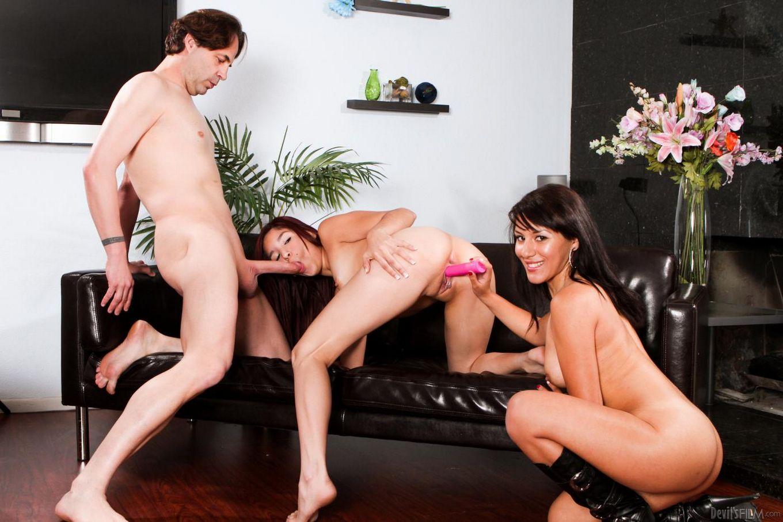 Сексапильные латиноамериканки Leah Cortez  и Liv Aguilera делают все возможное, чтобы получить камшот