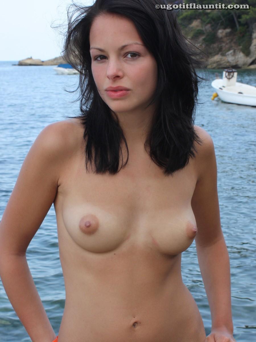 Красивая брюнетка топлесс на пляже