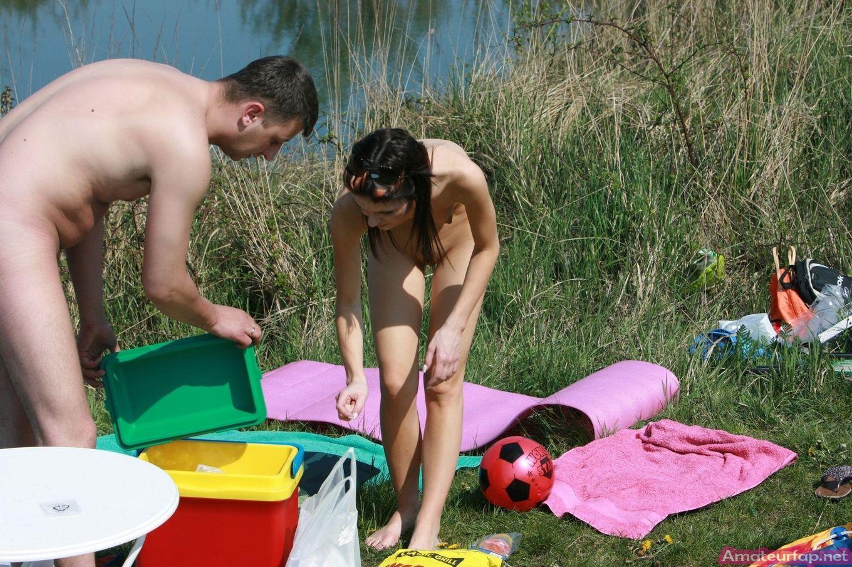 Нудисты отдыхают на озере