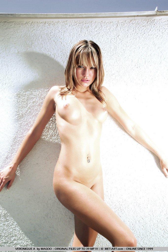 Спрятавшись на пустынном пляже, горячая блондинка Veronika Fasterova загорает голой