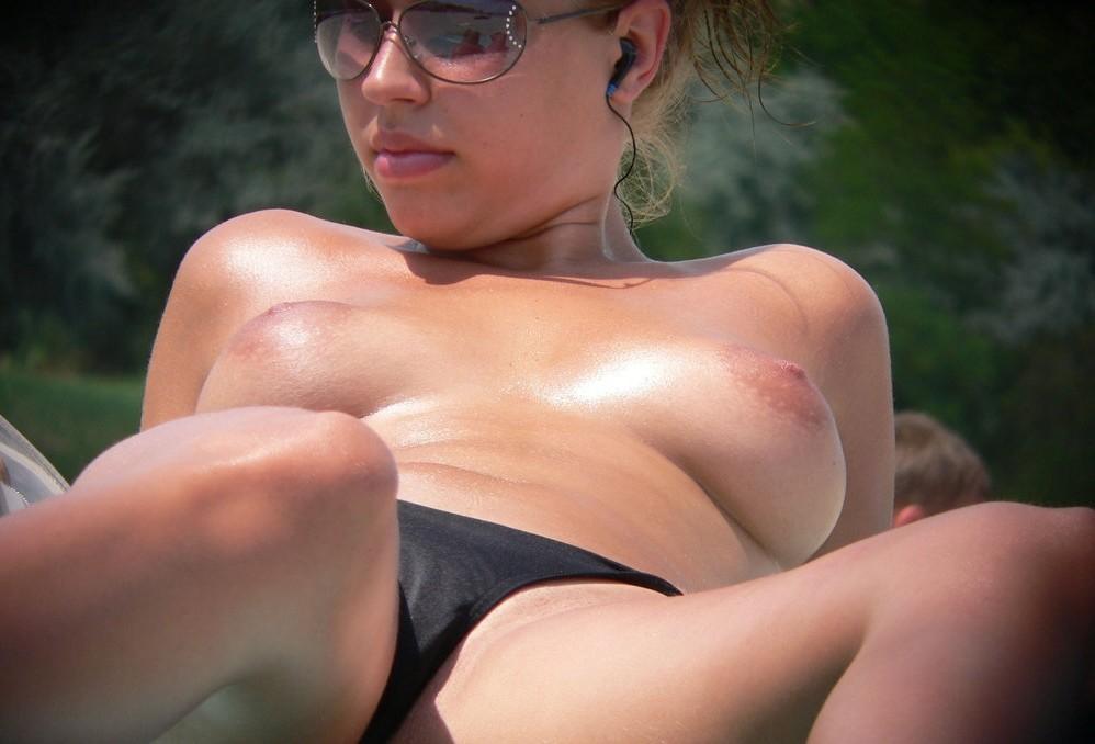 Телки топлесс и полностью голые на пляже