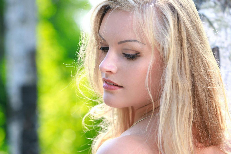 Ангельская блондиночка Alessandra A снимает милое платье и позирует обнаженной на природе