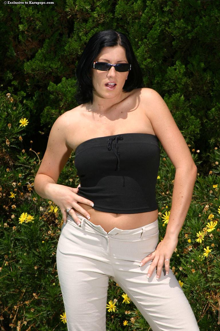 Грулдастая Piper Austin раздевается и показывает свою киску в сексуальных позах на улице