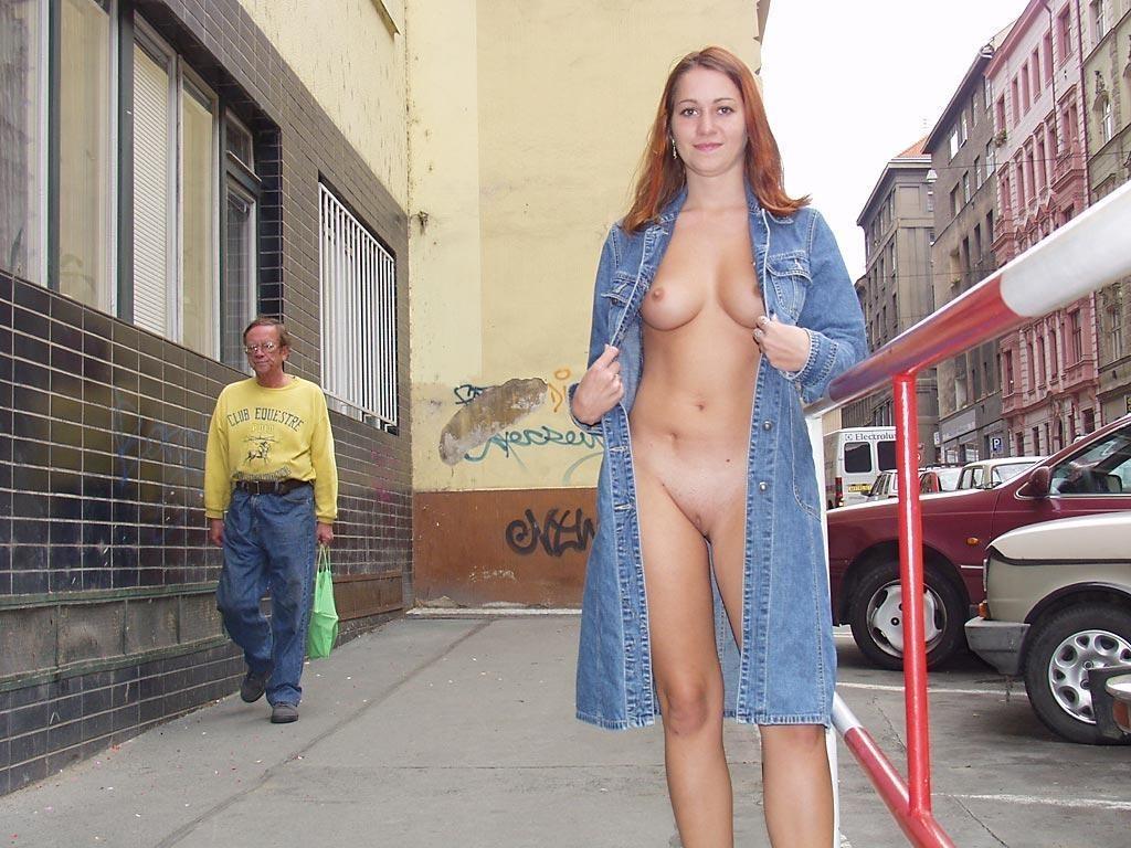 Публичные засветы телки в джинсовой одежде