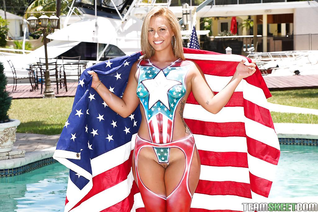 Разукрашенная американка с большой попой позирует у бассейна
