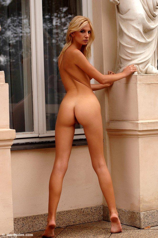 Симпатичная белокурая милашка Bambi позирует на улице и она уже голая именно для тебя