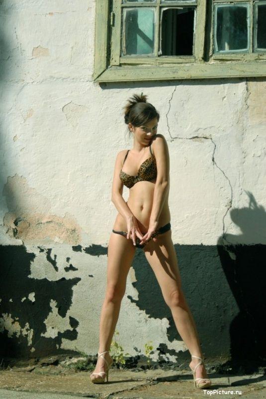 Стройная телочка снимает нижнее белье у заброшенного здания