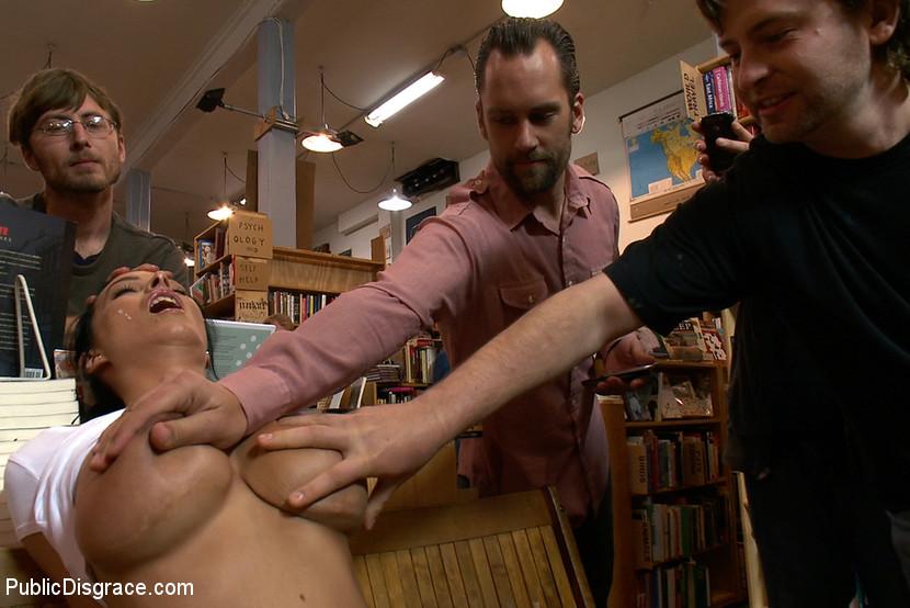 В книжном магазине шлюшку публично отодрали во все дырки и залили ротик спермой