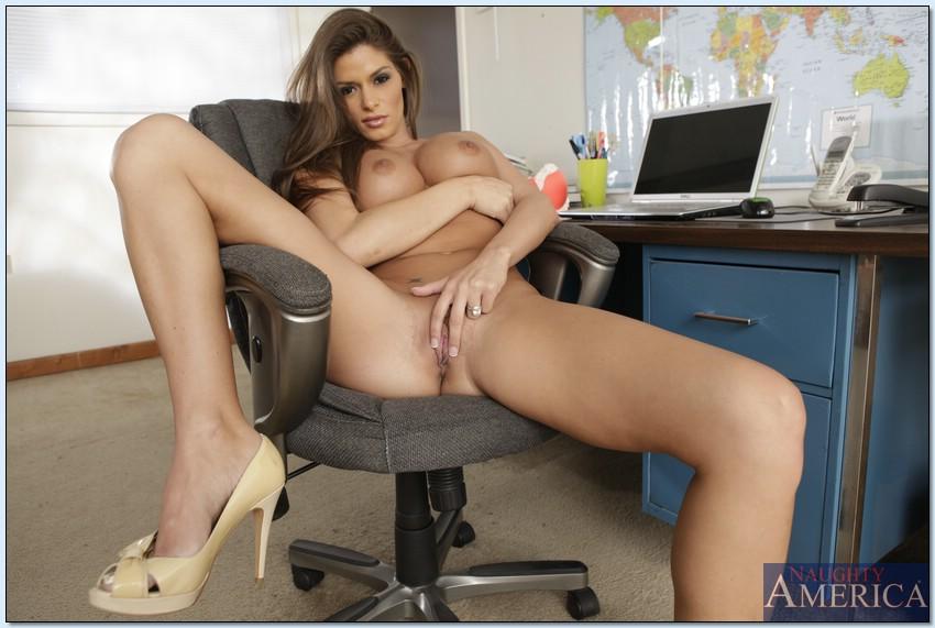 Офисная работница обнажилась на рабочем месте