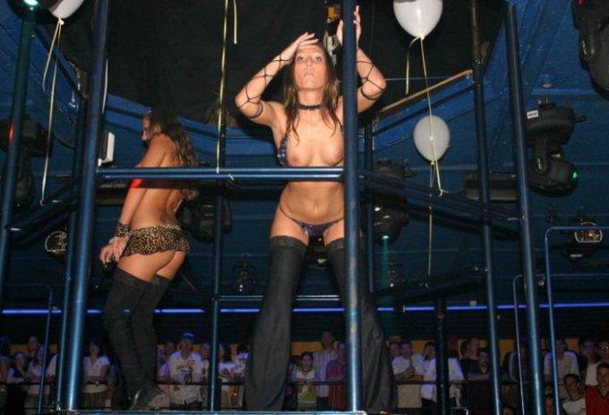 Раскованные стервы отжигают в ночных клубах