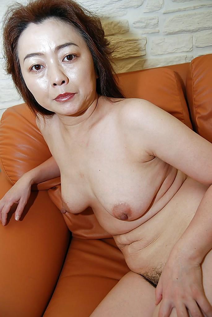 40летняя азиатка разделась и показала зрелую вагину
