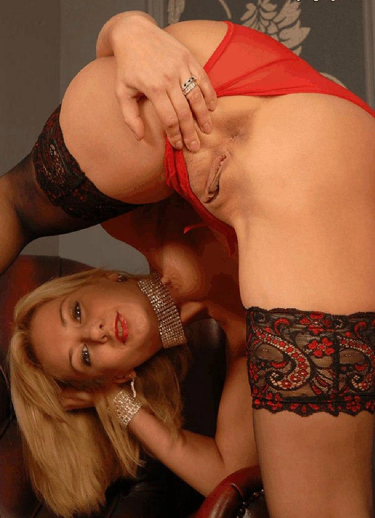 Бесстыжие девушки фотографируют голые вагины крупным  планом