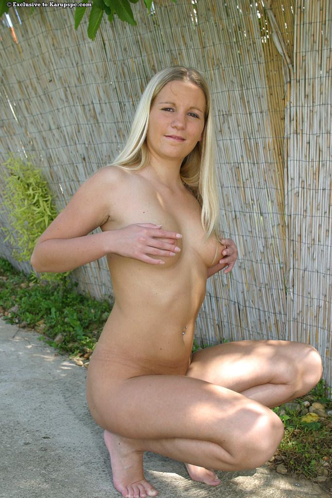 Деревенская блондинка бесстыдно разделась на улице