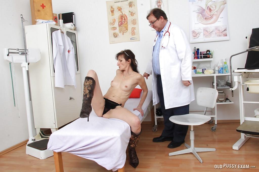 Доктор исследует вагину и голое тело старухи в чулках