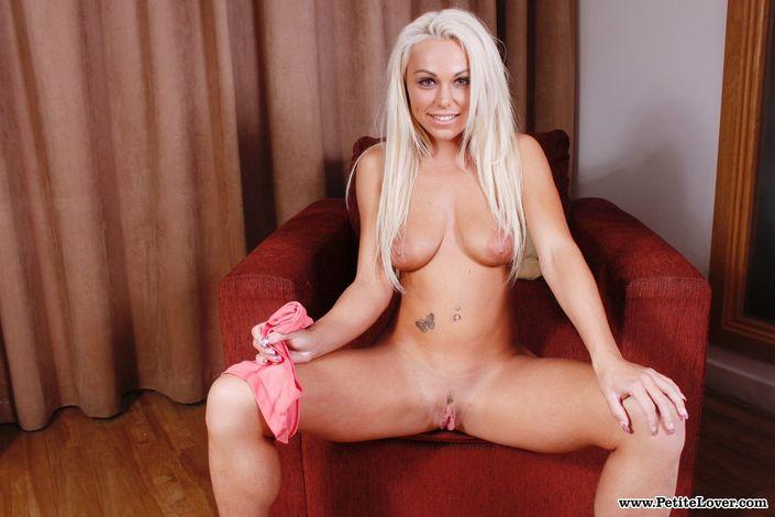 Нежная блондинка с милой попочкой показывает голую возбужденную пизду