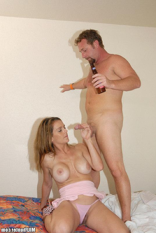 Бородатый мачо наяривает пьяную спутницу порно фото
