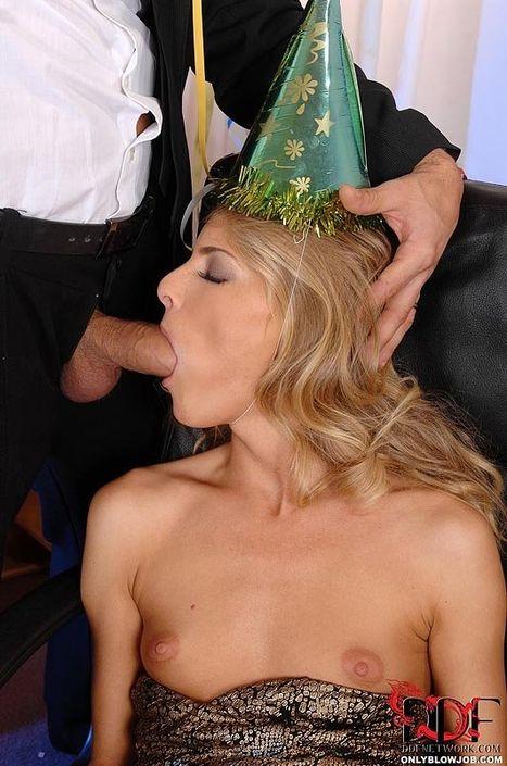 Мужичок в костюме вытащил хуй из ширинки и наваливает за щеку пьяной секретарше