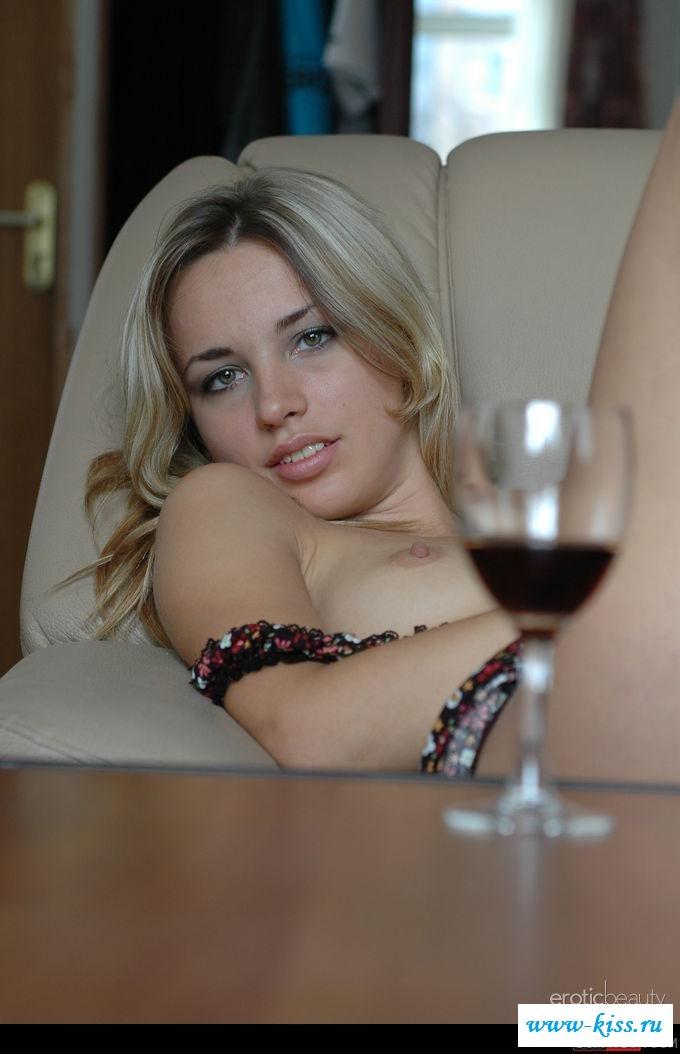 Пьяная дева с обнаженными сосками