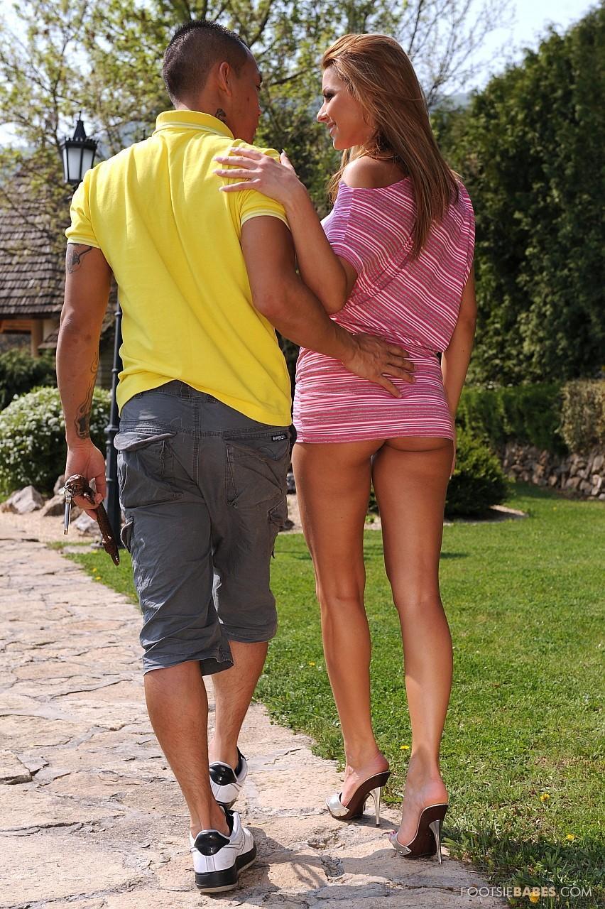 Длинноногую Cindy Hope в розовой мини-юбке выебали на солнышке