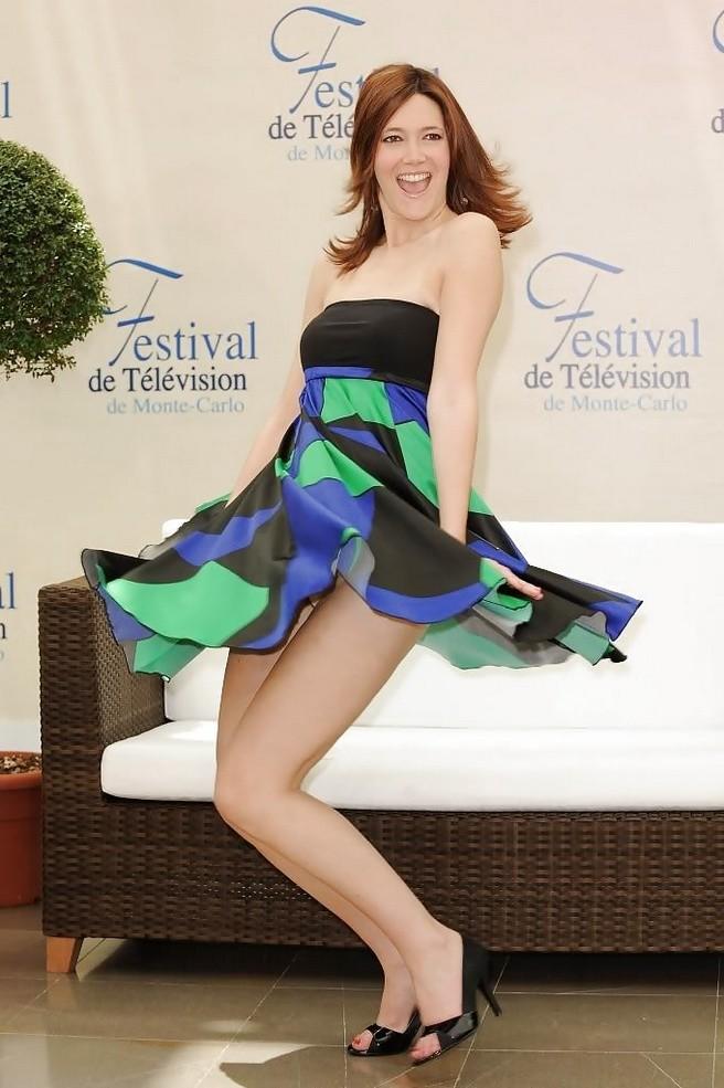 Известная Сандра Лоу была замечена с поднятой юбкой и обнаженными ногами