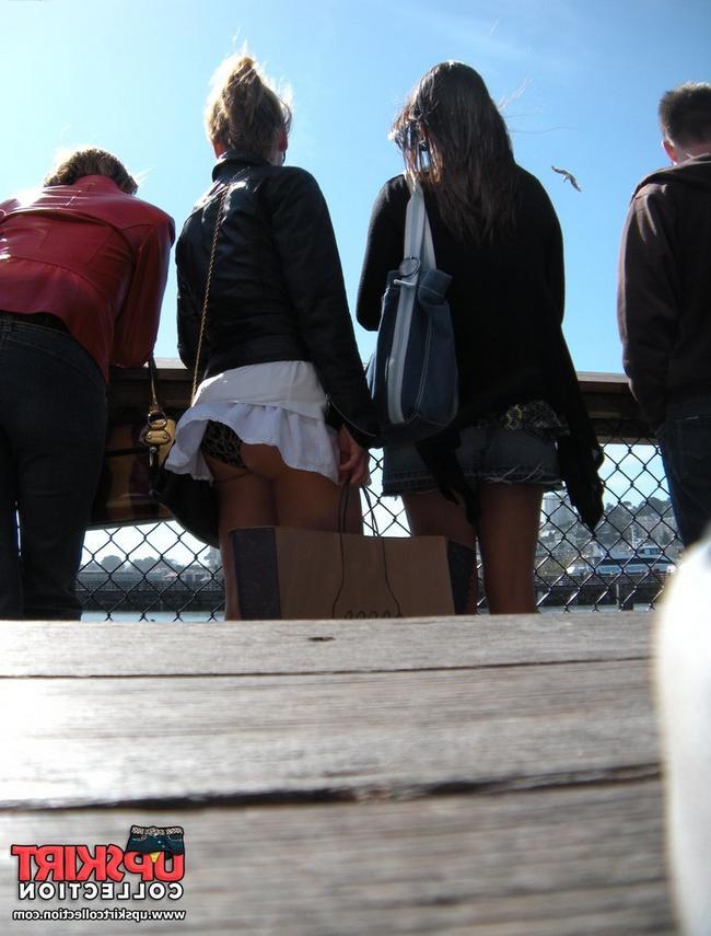 Красивая девушка показывает свою пизду под юбкой под летним зонтиком порно фото