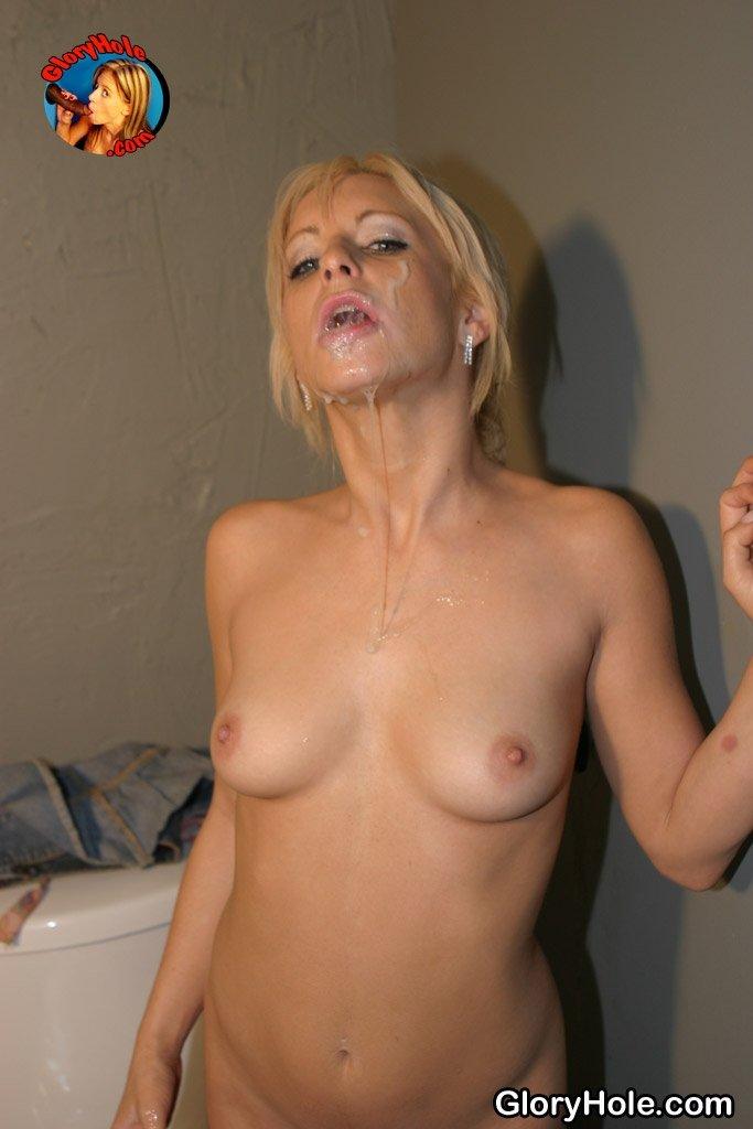 Красивое лицо блондинки было испачкано спермой после минета в туалете