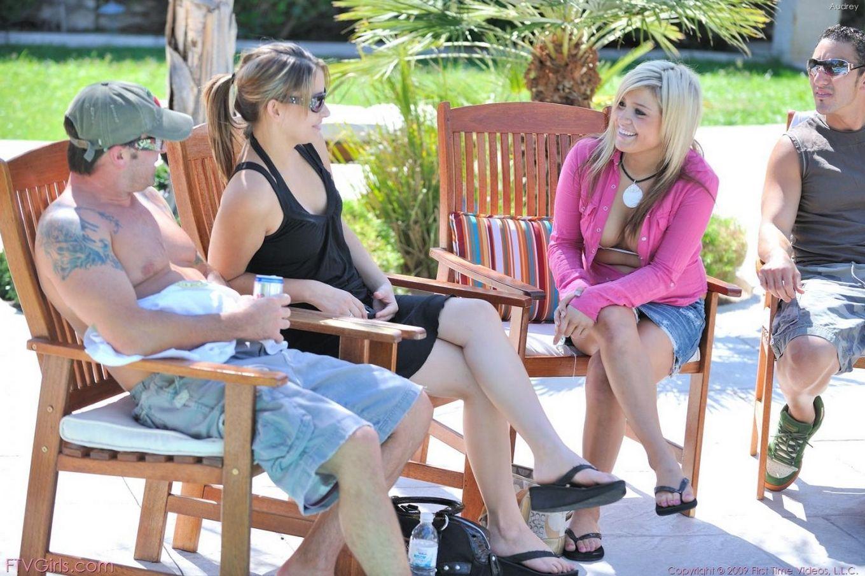 Милая детка в розовой блузке и синей мини-юбке Audrey FTV снимает свои белые стринги и трахает дилдо свою киску