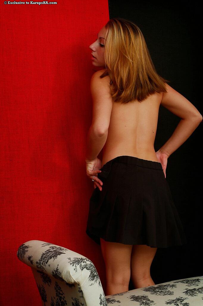 Приятная девушка Krista Devoe в черной мини-юбке показала свой розовый любовный туннель