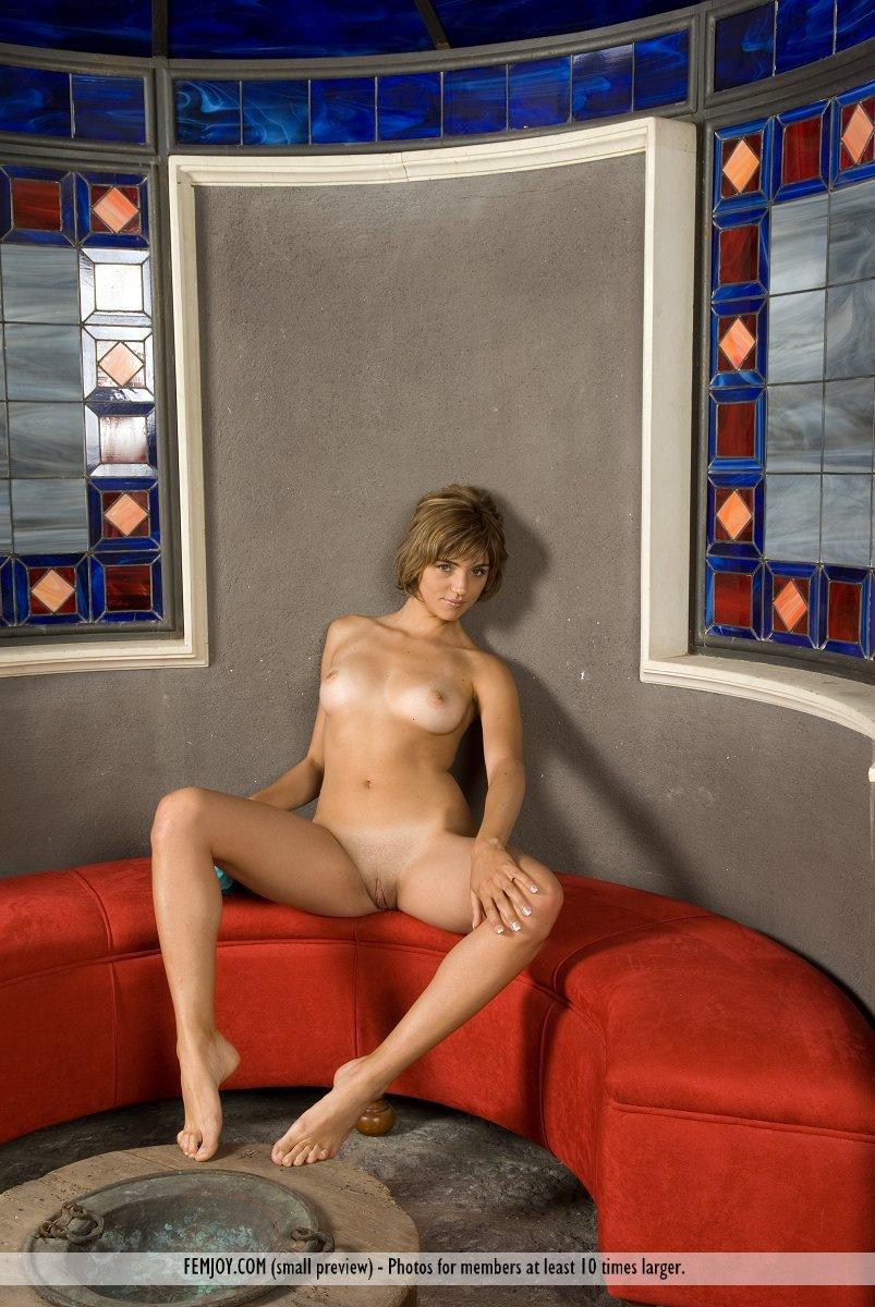 Аппетитная детка с классным обнаженным телом Vittoria Femjoy сексуально содрогается на софе