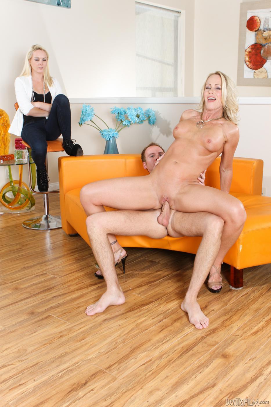 Ashley Stone яростно насаживается на член, а ее развратная подруга Simone Sonay наблюдает