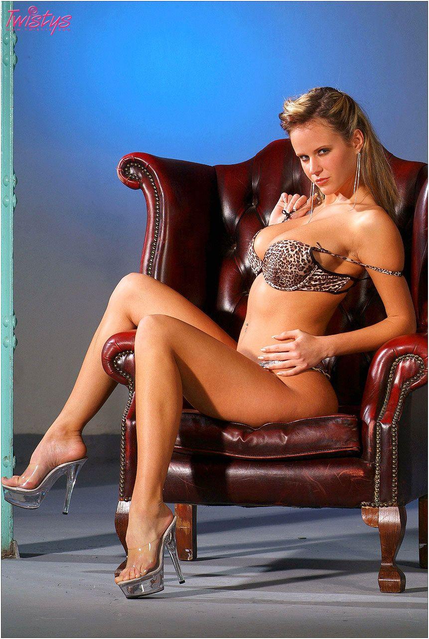 Богиня с тяжелыми сиськами - Zuzana Drabinova, снимает свое очень сексуальное леопардовое белье