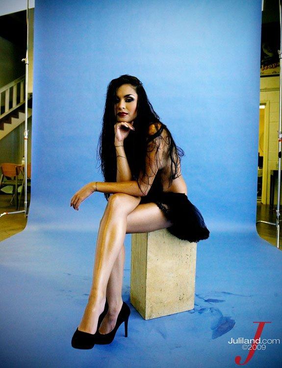 Черноволосая Michelle Maylene в черном платье и туфлях