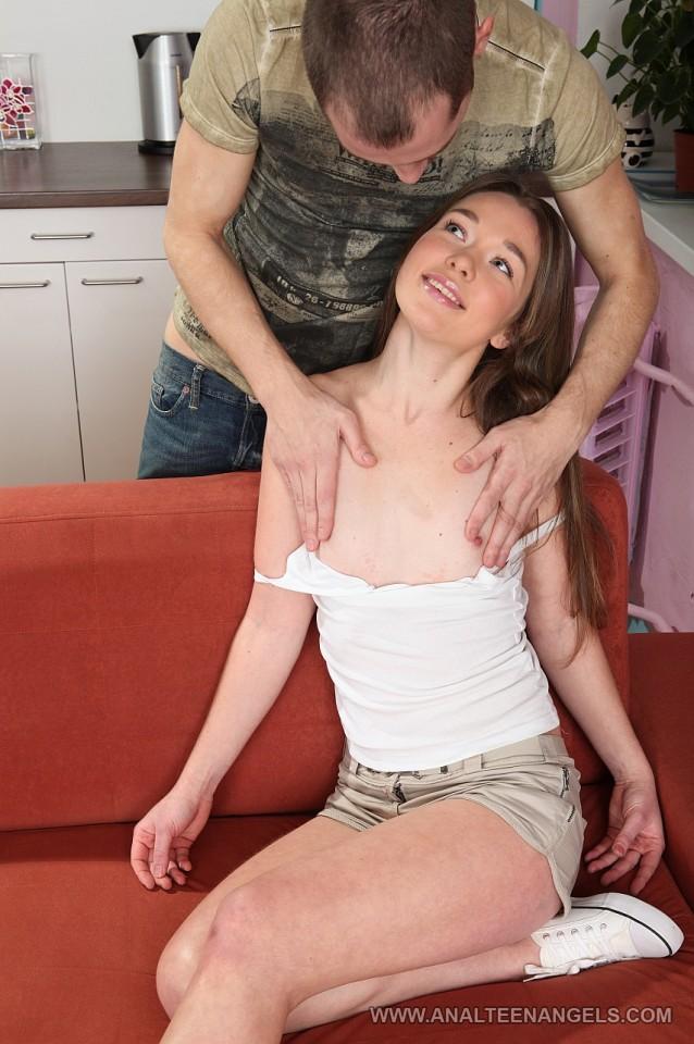 Дикая девочка-подросток Jazzy насаживается попкой на член и получает экстремальное удовольствие