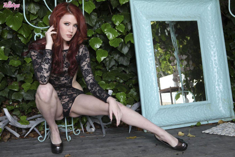 Грязная сучка Elle Alexandra ходит голой и засовывает пальцы внутрь своей вагины на свежем воздухе