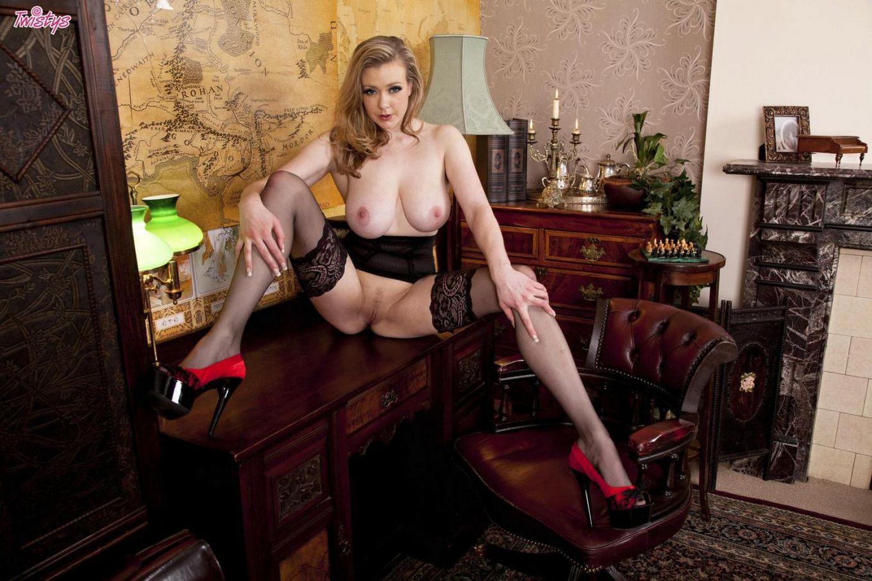 Хорошо обеспеченная британская малышка Megan Sweets в черном нейлоне выставляет на показ свои большие ножки и киску