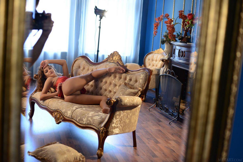 Эротичная сисястая Jessica G позирует обнаженной и показывает вульгарную порнушку