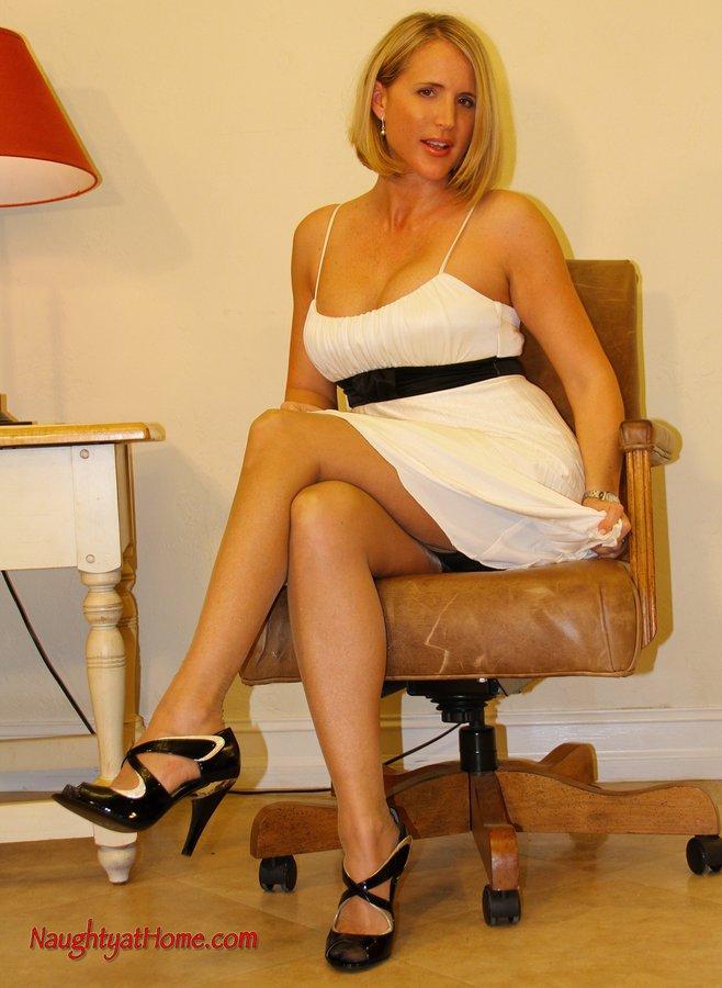 Когда мамочка-блондиночка Desirae Spencer перед камерой, лучше не отводить взгляд