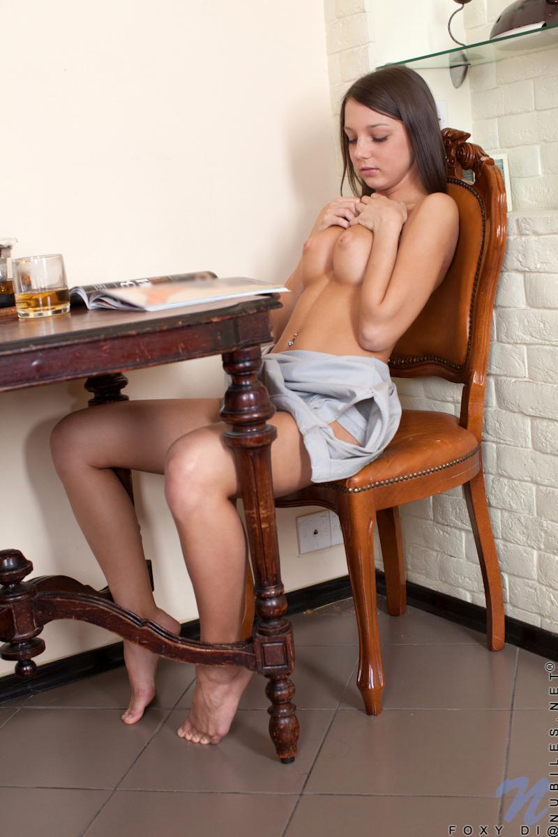 Красивая девочка-подросток Foxi Di чувствует страсть в своем юном теле и раздевается, чтобы поиграть со своей бритой киской