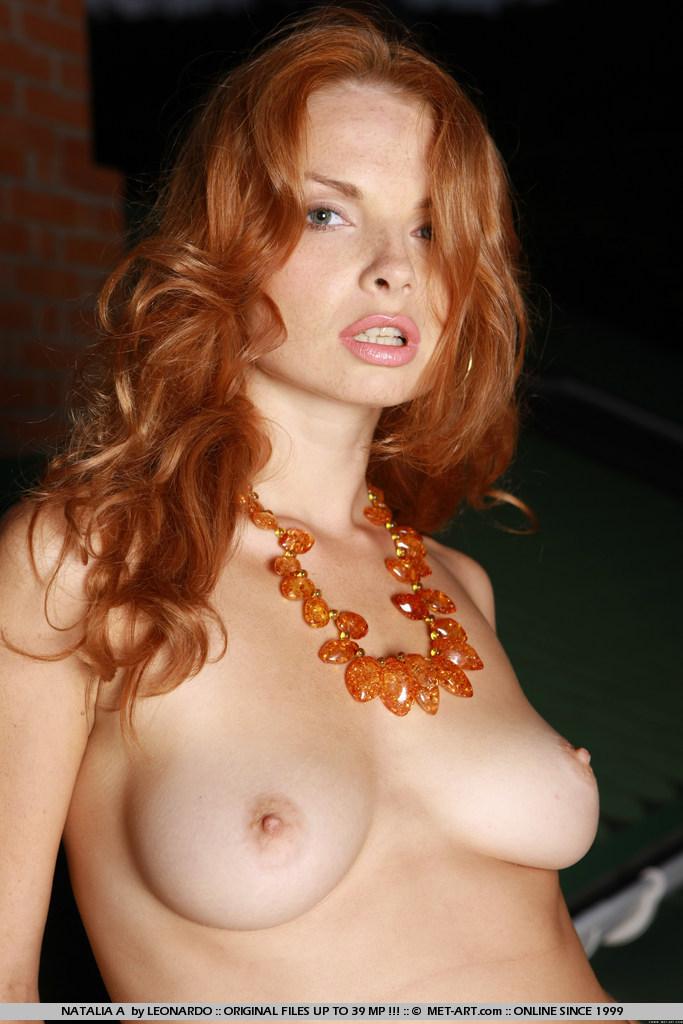 Красотка Natalia A раздевается и позирует обнаженной