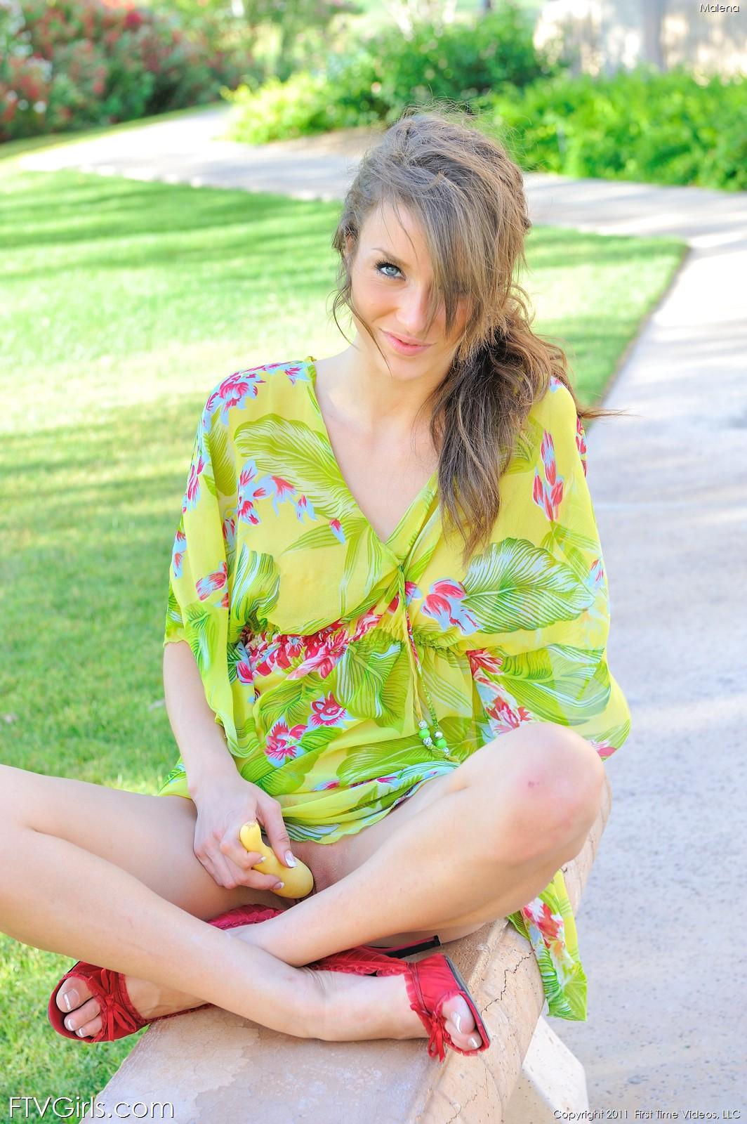 Malena Morgan в красных туфляк и зеленом платье сует игрушку в свою пизду на скамейке в парке