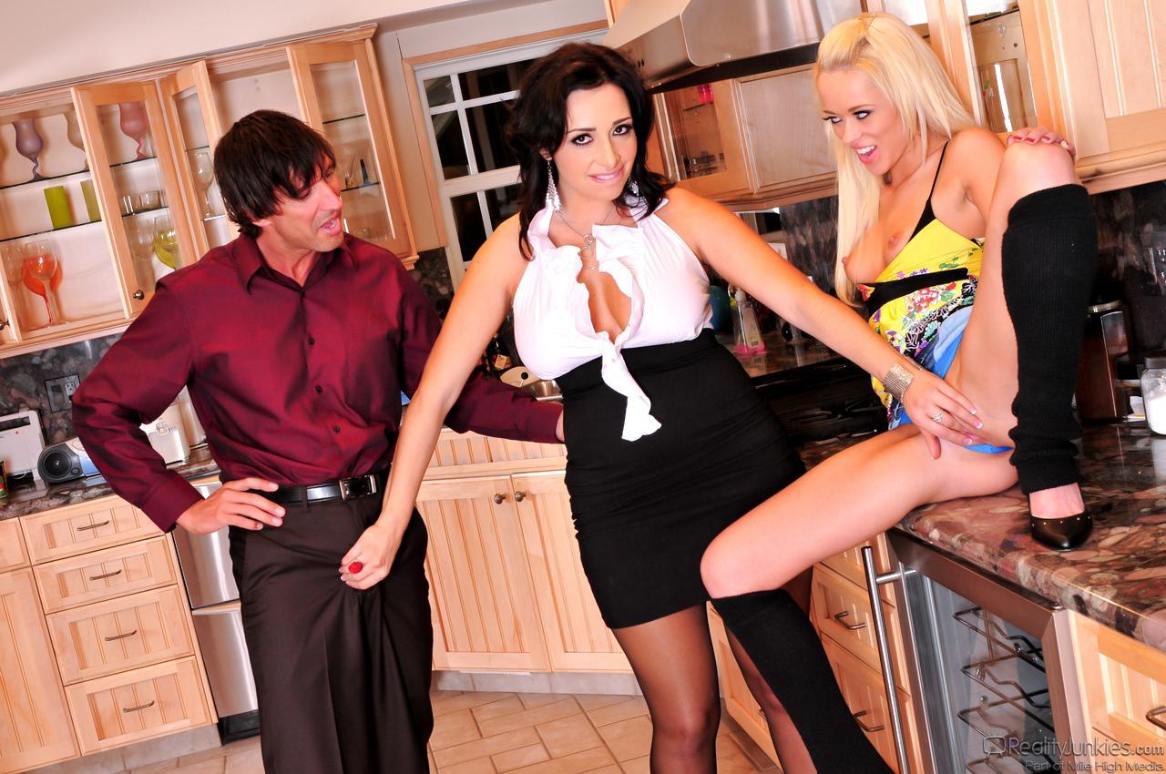 Негодные детки Vannah Sterling и Rebecca Blue  участвуют в групповом сексе